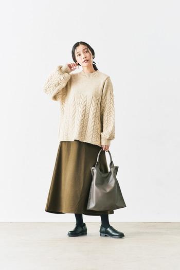 下半身のラインをカバーしてくれるフレアのスウェットスカート。秋冬はボリュームのあるニットと合わせて着こなしたいですね。重くなりすぎないよう光沢感のある小物でバランスを◎