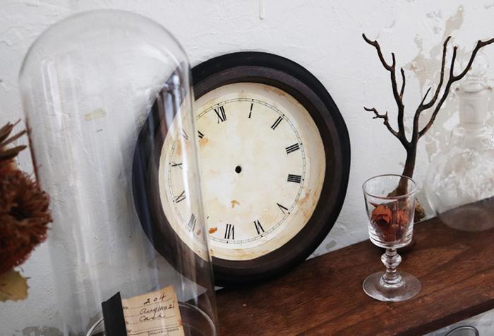 これでお部屋のアクセントになる、シャビーシックなテイストの時計が完成しました。 紙皿で作られているので軽く、どこにでも気軽に飾ることができますよ。