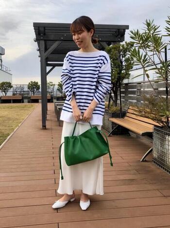 重い印象になりがちなレザーバッグも、鮮やかなグリーンを選べばシーズン問わずコーデのアクセントに。シンプルイズベストなデザインで、さりげないギャザーが女性らしく、カジュアルにもきれいめコーデにも好相性。