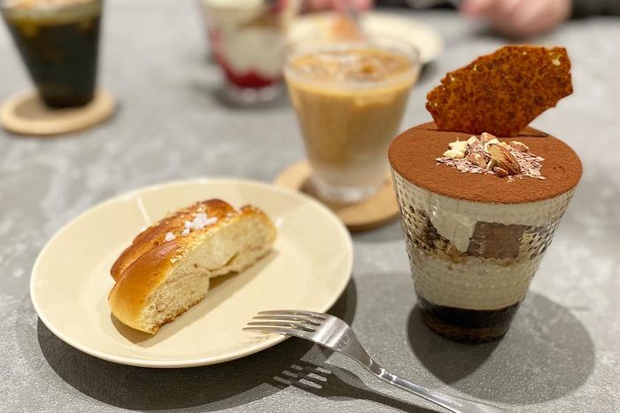 ケーキや焼き菓子などスイーツも充実。右側は、チョコレートのレイヤーが楽しめる「チョコレートパルフェ」。カステヘルミのタンブラーを使用した層が美しいですね。
