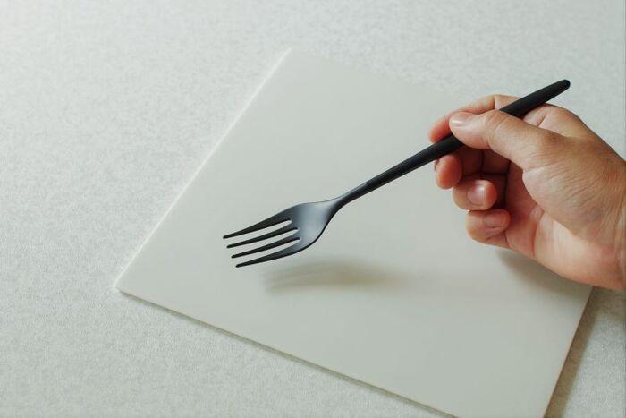 一般的な金属の半分という、驚きの軽さ。先端部のなめらかな仕上がりと薄い形状は、料理を捉えやすく、口当たりの良さも抜群です。