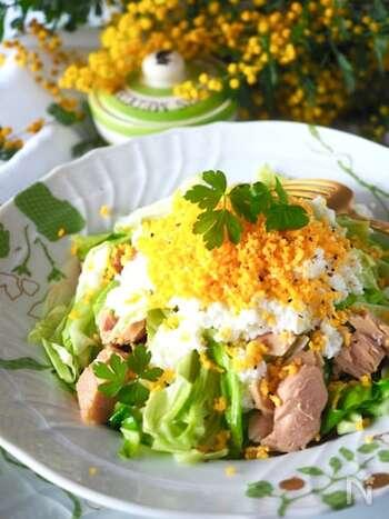 見た目が華やかなミモザサラダ。黄身と白身を別々にするときれいに仕上がります。メインはキャベツとツナ缶で簡単に作れますよ。