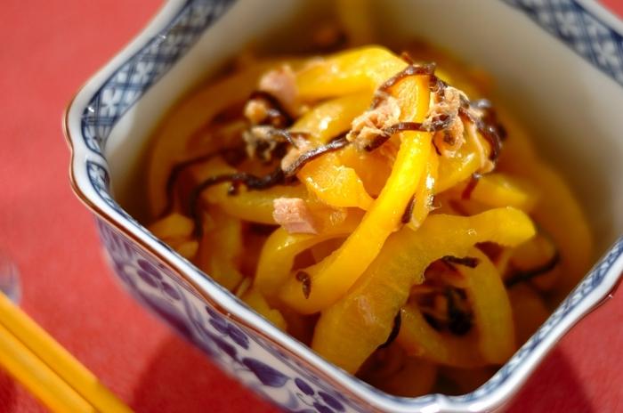 パプリカの甘味と塩昆布の塩味がマッチした和風の和え物。お弁当の隙間に詰めるのにもぴったり。電子レンジで簡単調理!