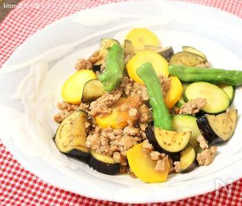 なす、ししとうなど色鮮やかな夏野菜を挽肉と一緒にさっと炒めて。ぱぱっと作れる、ご飯が進む炒め物です。