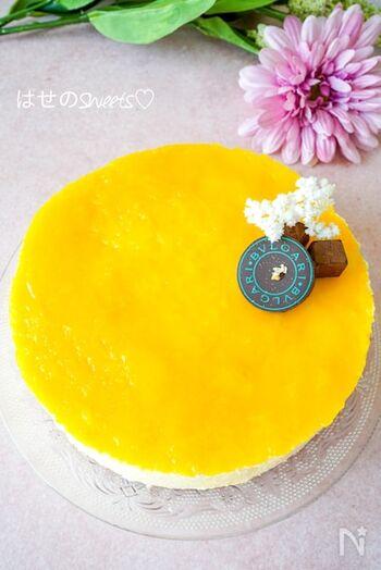 シンプルな材料で作れるレアチーズケーキ。マンゴーは手でつぶしてもOKですが、フードプロセッサーを使用しても。お好きな食感に調節してください。