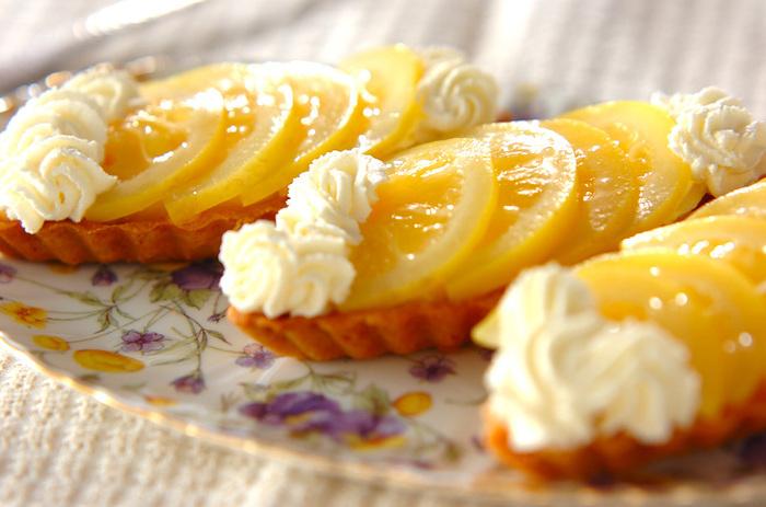 さっぱり爽やかな口当たりが特徴のレモンカスタードのタルト。砂糖で甘く煮てコンポートにしたレモンをのせています。