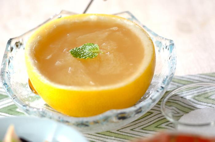 グレープフルーツを器にしたゼリーは、果肉もそのまま入れて食べ応え抜群のデザートに。食べるときにグラニュー糖をかけてお好みの甘さに調節してくださいね。