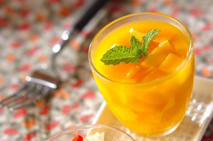 マンゴーとマンゴーのジュースを使ったゼリーは、フレッシュな甘い香り!プルプル濃厚な味わいを楽しめる一品です。