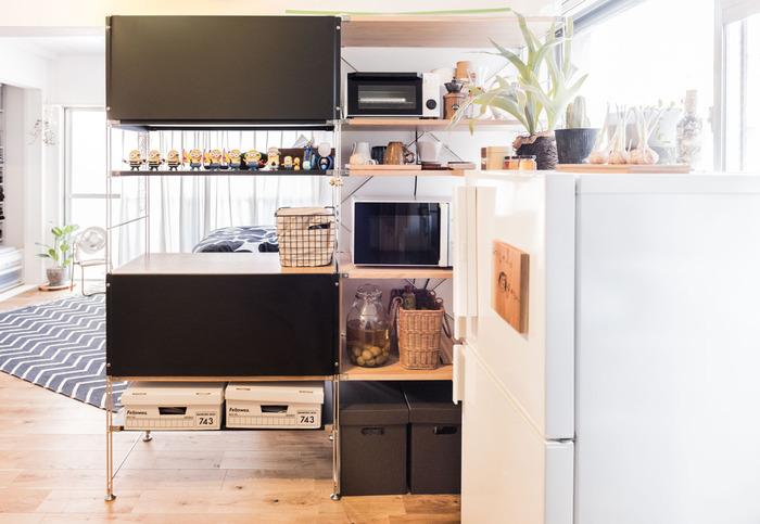 無印良品のユニットシェルフは、素材やサイズの種類が豊富!置きたい場所にぴったりはまるアイテムが見つかるはず。背の高いユニットシェルフは、家電や食器、キッチン雑貨をひとまとめに収納できて頼もしいですよ。