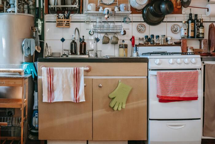 隠す収納に比べ、見せる収納はどうしても生活感が出やすいです。毎日使うお気に入りのマグカップやキッチンツールなどは、見せ方次第ではおしゃれさよりも生活感が目立ってしまうことも。