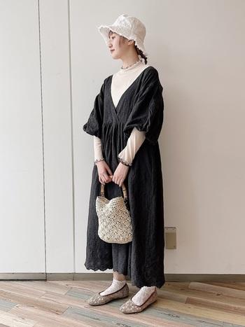 ゆったりめの総刺繍ワンピースはそのまま着るとよそ行き感たっぷり。  すこし広がりのあるブリムにフリンジをつけたバケットハットを合わせることで、ほどよくカジュアルダウンできます。