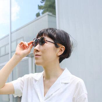 カラフルなコレクショが人気の、フランスのアイウェアブランド「IZIPIZI(イジピジ)」のサングラス。大げさすぎない小ぶりなサイズ感で、サングラス初心者さんにもおすすめです。透け感のあるグレーのレンズを採用しているので、真っ黒なサングラスよりも重さを感じにくいのも特徴。プラスチックにラバーコーティングを施し、マットな質感に仕上げています。