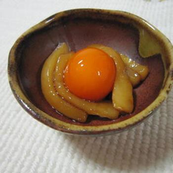 卵を一度冷凍して作る、ユニークな卵黄の紹興酒漬けです。  卵を凍らせ、その後解凍すると、白身と黄身が時間差で解凍されるという特性を利用して作っています。ホームパーティーなどのスターターとして出したら、話題性があって盛り上がりそう。