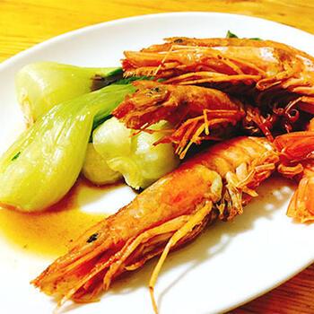 超簡単に作れるご馳走料理として、「赤エビの紹興酒蒸し」をピックアップ。赤エビに紹興酒、五香粉、塩をふりかけて蒸すだけで作れますよ◎ 新鮮な素材を生かすには、最小限の調味料だけでいいということがよく分かります。  五香粉は、中国のミックススパイス。シナモンやクローブ、チンピなどが入っています。ひとつ持っていると、中華風の料理の隠し味にも使えますよ。