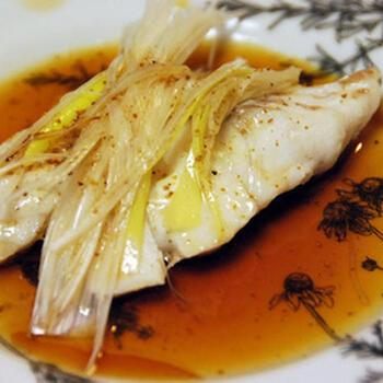 あらかじめ紹興酒に漬けこんだ鱈(タラ)を、蒸しあげた紹興酒蒸し。  鱈の臭みが抜けて、紹興酒のコクを存分に楽しめるひと皿に仕上がっています。食べる直前にアツアツに熱したごま油をジュっとかけると、トッピングの白髪ネギや花椒の香りがふわりと立って、食欲をそそります。ライブ感のある料理もたまにはいいものです。