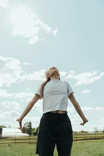太陽を味方につけて。ヘルシーに毎日を送れる「軽やか散歩」習慣のすすめ