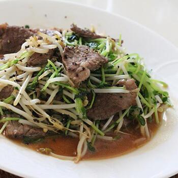 もやし、豆苗をたっぷり食べられる炒め物。牛肉の食感・旨みの力で、簡単ですが本格的な一皿になります。  紹興酒を加えるのは、牛肉を炒めるときだけ。牛肉にしっかりと紹興酒の風味をうつし、もやしと豆苗にからめるようにすることで、美味しく仕上がりますよ。もやしと豆苗のシャッキリした食感を大切に、手早く混ぜ合わせましょう。