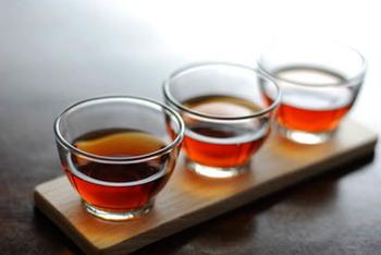 紹興酒は熟成年数によって、味わいも値段も違ってきます。長期熟成の方が値段は高いというのが一般的です。  【紹興酒の年数による味の違い】 ■3年~5年:はっきりとしたアルコールの風味と酸味がある ■5年~10年:まろやかなアルコールの風味とほどよい酸味がある ■15年以上:クセがなくなり、滑らかなコク深さがある