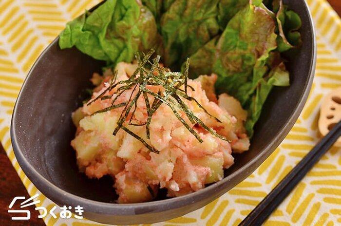 レンジで火を通してマッシュしたじゃがいもと明太子を和えた簡単サラダ。明太子の辛さによって辛味を調節できますよ。お弁当以外にもおかずやおつまみとしても◎。ピンク色の見た目が可愛らしくてお弁当のポイントになりますよ。