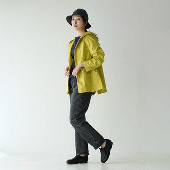マスタードイエローのフードジャケットは、コックリした落ち着いた印象に。黒と紺のワントーンで揃えれば、ジャケットをメインにした大人女性のためのアウトドアコーデの出来上がり。休日のアクティブなシーンにピッタリです。