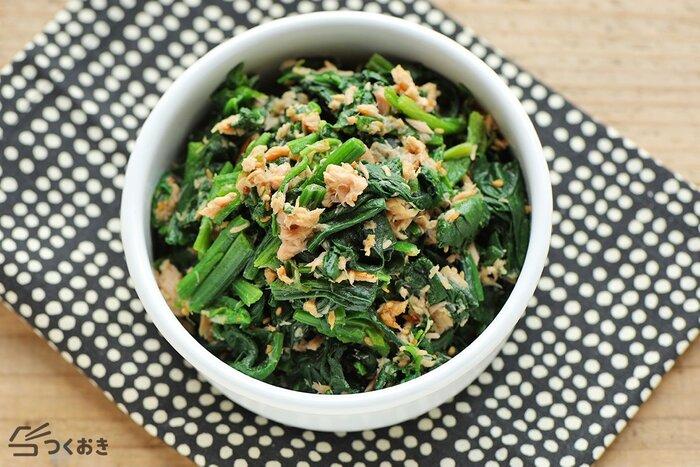お弁当おかずの定番レシピ、ほうれん草のごま和えにツナをプラスして食べ応えアップ!すりごまは調味料の汁気を吸ってくれるので液だれ防止にぴったり。時間がたってもしっとりとおいしく食べられます。