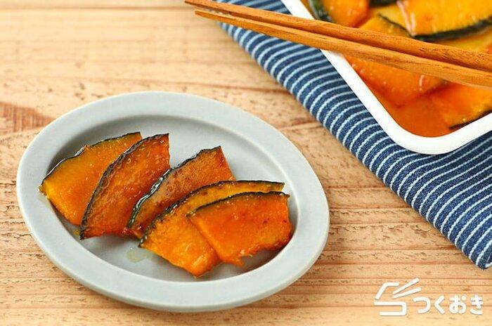 薄切りにして香ばしく焼いたかぼちゃをマリネ液に漬け込んだおかずです。お酢を使っているので、さっぱりとした後味で箸休めにもぴったり。お弁当や常備菜にも使える便利な一品ですよ。