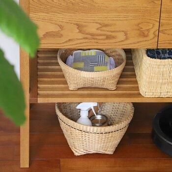 キッチンやリビングで、小物の整理やちょい置きに大活躍のバスケット。 そこへ上からお好きな柄のテキスタイルをかけてみるだけで、お部屋の印象がガラリと変わります。中身の目隠しやホコリよけになるだけでなく、おしゃれな雰囲気を生み出せるので、一石二鳥!  インテリアに合わせたり、差し色になるものを選んでみたりと、アレンジは無限大です。簡単にお部屋のイメージチェンジが叶います。
