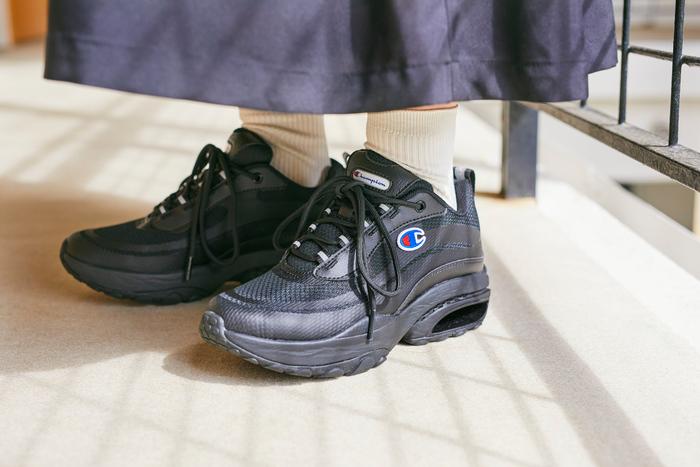 """クッション性による履き心地にこだわった「ASTRO CUSH(アストロ クッシュ)」。オールブラックに、ワンポイントに配したお馴染みの""""Cマーク""""が引き立ちます。ヒール部分のクッションパーツで、疲れ知らずの足元に。"""