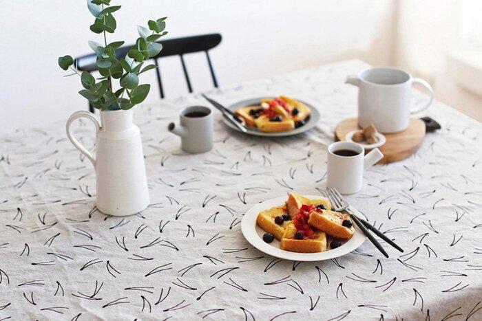 テーブルにさらっとかけるだけで、食卓の印象をガラリとチェンジしてくれるテーブルクロス。おしゃれなインテリア作りの強い味方ですよね。また、実用面では、テーブルの汚れや傷つきを防いでくれるほか、食器のガチャガチャとする音を軽減してくれるという効果もあります。