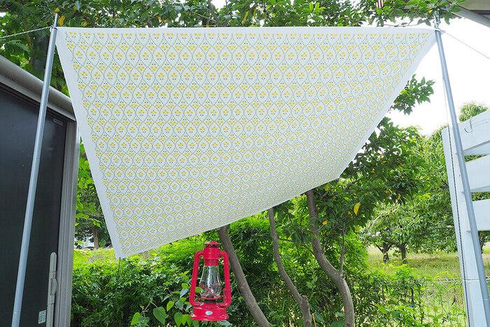 ここでは、帆布で作るタープのレシピをご紹介します。作り方が似ているので、参考にしてみてください。タープとして使わないときは、テーブルクロスとして使うことができます。  しっかりとした帆布生地はへたりにくく、デイリーユースにぴったり!また、高密度で織られているので、少量の水なら撥水してくれるのも嬉しいですよね。