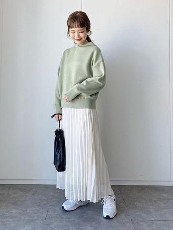 可愛らしく上品な印象のプリーツスカートをフーディー&スニーカーでラフに着こなしたコーディネートです。春らしい淡いグリーンは、明るいホワイトと相性抜群!ちょっとしたお出かけから旅行などのイベントまで、幅広くマルチに着られるおすすめコーディネートです。