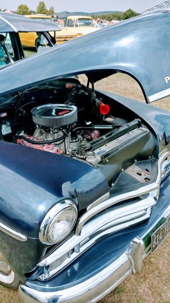 1つ目の準備は、車のメンテナンス。エンジンなど車の各部位の具合は自分ではわからないところが多いので、普段から定期点検を怠らないことが大切です。エンジンオイルの量やバッテリーの状態など、無料点検を実施しているカーショップやガソリンスタンドを利用するのもいいでしょう。