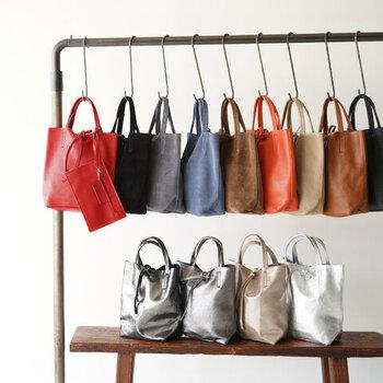 トートバッグの一番の特徴は、バッグの上に持ち手が2つあり手持ちタイプであること。開口部は大きく開くようになっているものがほとんどなので、荷物の出し入れが簡単でストレスがありません。  また、バッグ内部には仕切りがあるタイプと、ないタイプがあります。大きなものやかさばりやすいものを入れる場合は、仕切りのないものを選んだほうが使いやすいでしょう。