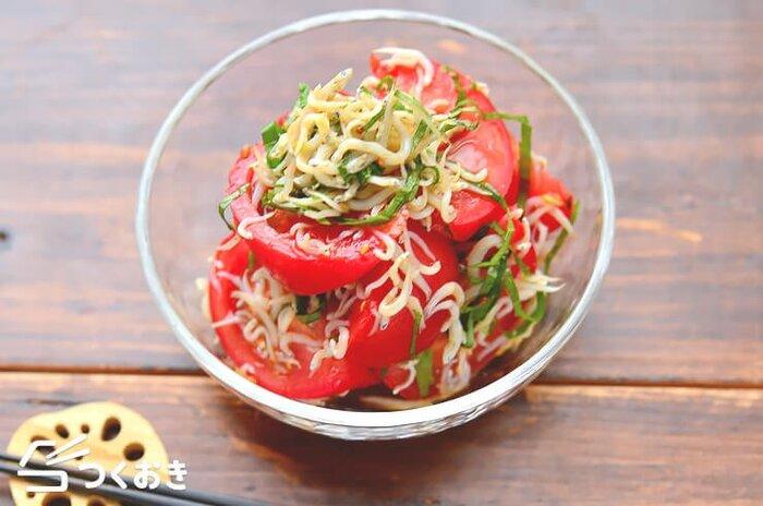 大葉の爽やかな香りとごまの香ばしい風味が美味しい、トマトを使ったシンプルレシピ。しらすを和えることで、栄養価もぐんとアップしています。トマトが崩れすぎないように、やさしく和えてくださいね。