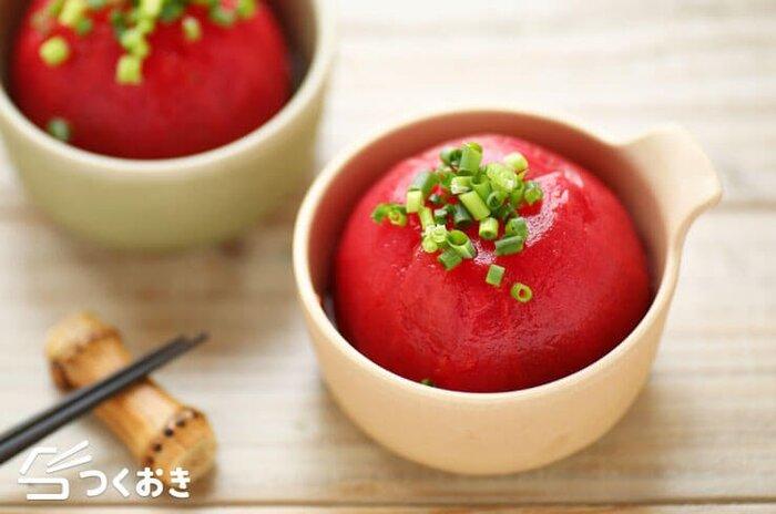 湯剥きしたトマトを、白だしを使った調味液に漬け込んださっぱり味のレシピは、これから暑くなる季節の食卓にぴったり!食べる直前まで冷蔵庫で冷やしておくと、よりいっそう美味しくいただけます。小ねぎやしょうがを添えて召し上がれ。