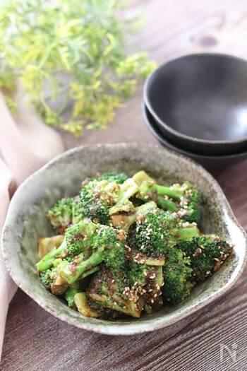 単品でもおいしい海苔の佃煮を、ブロッコリーと和えて立派な一品に!白いご飯にもよく合います。すりごまやいりごま、ごま油を使って、風味よく仕上げてくださいね。