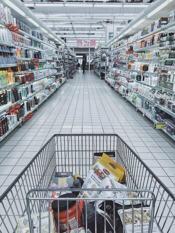 特売の文字を見ると「安いから買っておこう!」と、必要以上に買ってしまっていませんか?いくら安くても買い過ぎはフードロスにつながることも。