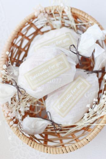 レモンケーキをキャンディ包みでラッピング。マドレーヌやフィナンシェといった焼き菓子にも使えます。紐とシールでひと手間加えるのがポイント!