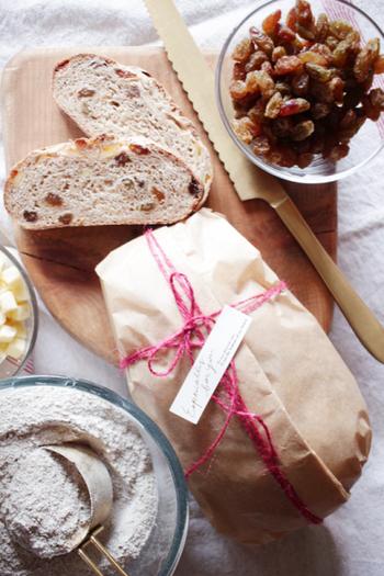 自家製のライ麦パンをラッピング。パン以外にも、パウンドケーキやシュトーレンなどに使えそうな包み方です。