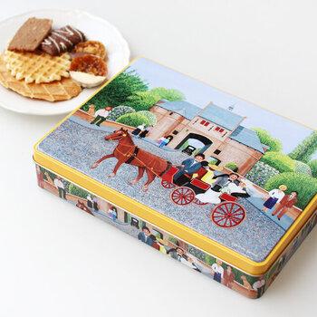 """1886年に創業されたベルギーの老舗メーカー「JULES DESTROOPER""""(ジュールス・デストルーパー)」のプレミアムクッキー。こちらは人気のワッフル型クッキーをはじめとする5種類が入ったセット。添加物を一切使用せず、自然の素材だけで作られたクッキーは素朴でありながら贅沢な美味しさ。世界遺産の街、ブルージュの風景が描かれた絵画のような缶のデザインも素敵ですよね。"""