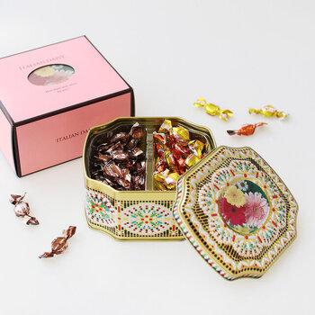 宝石箱のようなデザインが目を引くこちらは、イタリアのトップ養蜂メーカーで作られたキャンディー缶。大人の味のエスプレッソ、そしてさわやかなシチリア産フルーツの2種類のキャンディーが、まるでで宝石のようにぎっしり詰まっています。