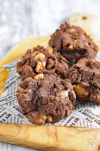 おからだけだとぼそぼそな食感になりがちなクッキーは、絹ごし豆腐をプラスするだけでしっとりとした食感になります。砂糖と卵は少しずつ加えるのが生地をなめらかに仕上げるポイント。小腹が空いたときに頼れるおやつです。