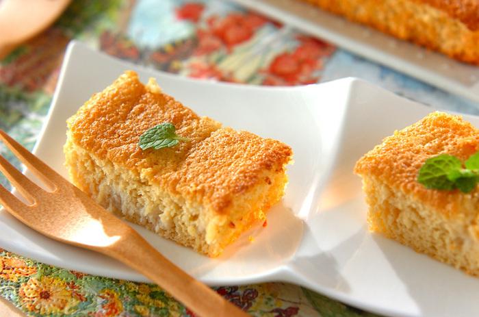 素朴な味わいのおからケーキをしっとりふわふわに仕上げるコツは2つ。①薄力粉を入れたあとに混ぜすぎないこと、②焼き上がったら少し時間をおくこと。はちみつとヨーグルトを加えることで、シンプルなのにコクのある甘さに仕上がります。