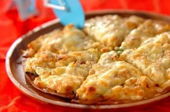 ダブルのチーズがとろける~!アボカドをたっぷり使ったピザです。アボカドはスーパーフードといわれるほど、栄養がいっぱい。濃厚なアボカドとクリームチーズがよく合います。ツナとコーンは缶詰で手軽に。ワインにもピッタリです♪