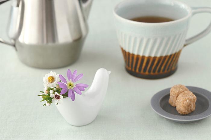 楊枝入れ以外にも、尾の部分に庭に咲いている小さなお花や、さわやかなグリーンを入れて一輪挿しとしての使用もおすすめ。食卓やリビングのテーブルに小さなお花があるだけで空間が和やかになります。