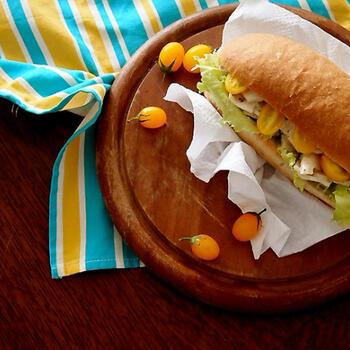 市販のサラダフィッシュやチキンなどを使って簡単なサンドに。野菜もたっぷりと入れれば、体にも優しい朝食メニューに仕上がります。