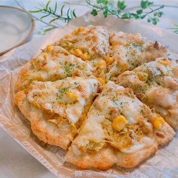 ホットケーキミックスを使った生地でお手軽に。さらに発酵なしで出来るのも嬉しいポイントです。 こちらは、カレー風味のピザです。キャベツをたっぷり加えて、野菜も摂れるので子どもにもおすすめ。家にある材料で簡単に作れるので、急ぎのランチにもピッタリですよ。