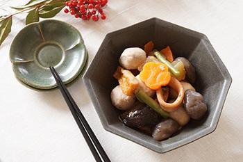 煮物の色に調和する黒系や茶系の色がおすすめ。テーブルに変化を出したいときは、八角皿に盛ると食卓のアクセントになります。深さのあるお皿に盛り、中身がしっかりわかるように中央を高く盛り付けましょう。にんじんを飾り切りして色味を出すと良いですよ。