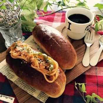 洋食派にはナポリタンを。やきそばに並んで人気の麺具材ですが、昭和レトロな雰囲気も可愛いコッペなので、コーヒーと一緒に頂くことで喫茶気分も味わえますよ。