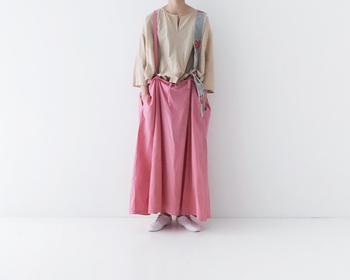 天然染めの深みのある色合いが印象的なジャンパースカート。ピンクならでは明るさはあるけれど、肌に自然に馴染む感じが、心地よい。気負わずゆるっと纏えば、一日気分良く過ごせそうですね。